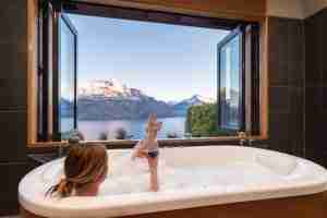 Azur Lodge wine in bath with mountain views