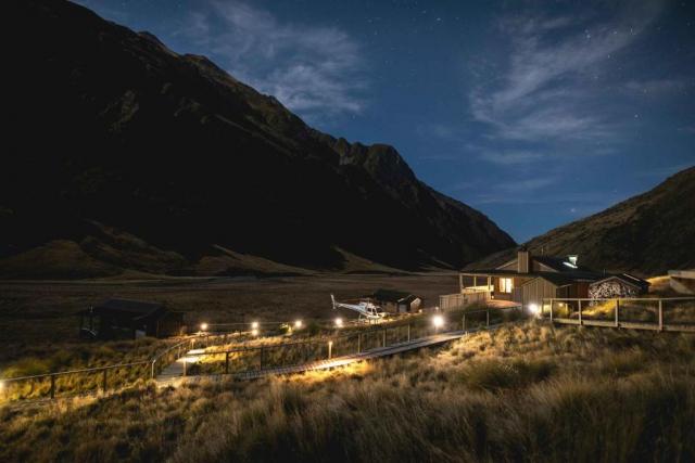 Minaret Station Alpine Lodge at Night